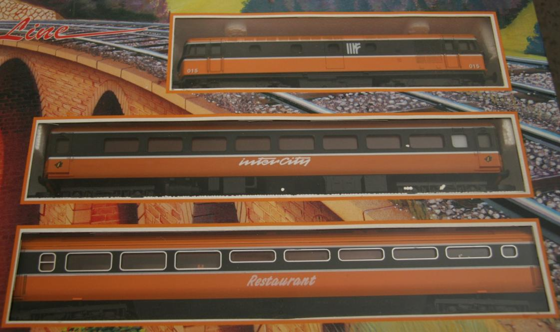 105100X33 Train Set Close UP of engine & carriages.jpg